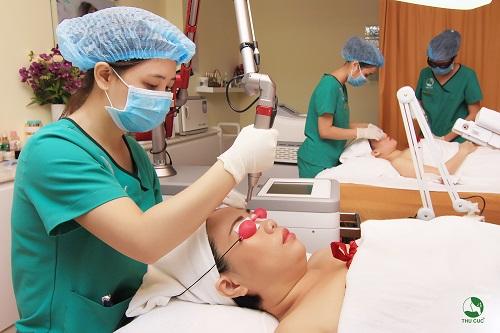 Tia Laser YAG chiếu vào da loại bỏ tối ưu melanin cho da dần sáng mịn