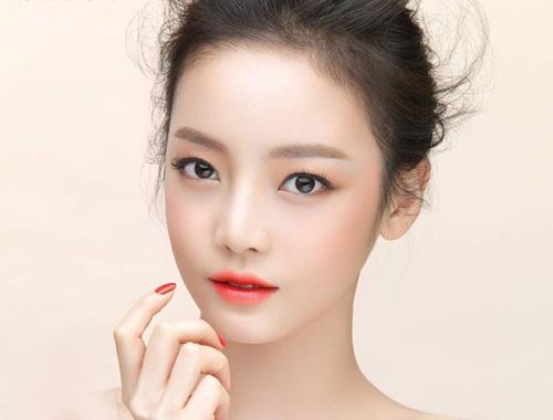Các nàng môi thâm có thể chọn tông màu đỏ cam để biến hóa thành cô gái trẻ trung, năng động.