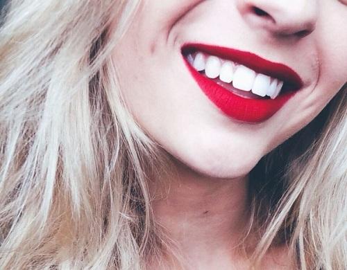 """Thời thượng, quyến rũ - Sắc đỏ phúc bồn tử chắc chắn là một gợi ý không tồi cho các nàng đang băn khoăn """"môi thâm nên dùng son màu gì""""?"""
