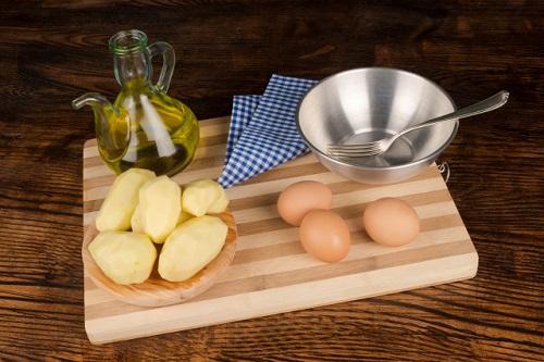 Sử dụng hỗn hợp khoai tây và trứng gà trị thâm quầng mắt tại nhà