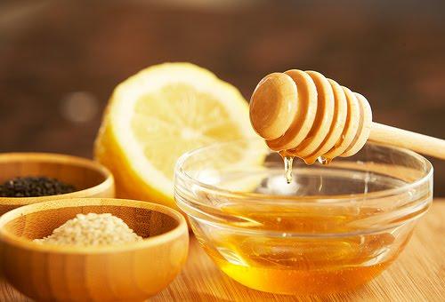Sử dụng chanh, đường và mật ong để làm hỗn hợp tẩy da chết vùng mông.