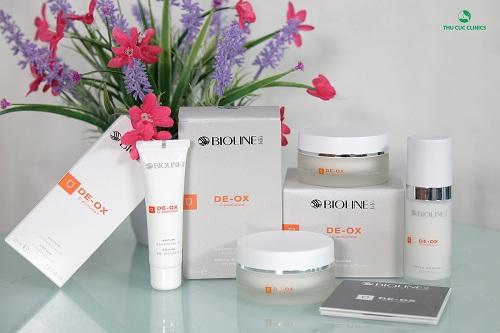 Là sản phẩm chứa hàm lượng cân bằng 3 loại vitamin C tinh khiết, De ox C giúp làm săn chắc, dưỡng ẩm da căng mịn và chống lại quá trình oxy hóa trên da một cách mạnh mẽ.
