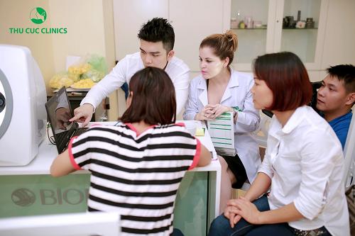 Bác sĩ Thu Cúc Clinics thăm khám, tư vấn cách trị lỗ chân lông to cho khách hàng.