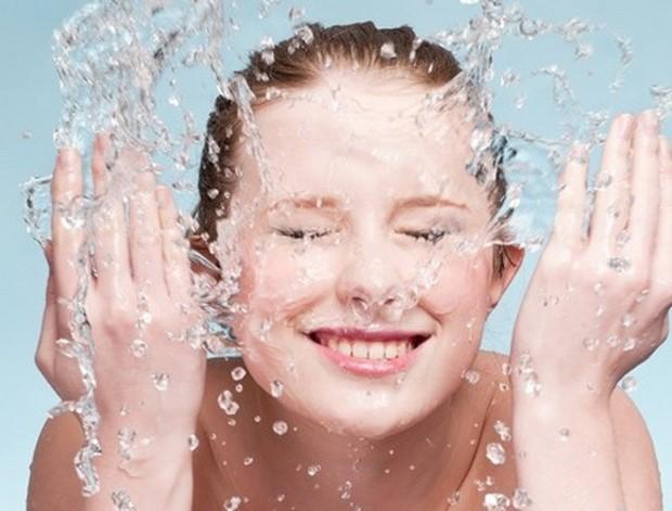 Rửa mặt đúng cách giúp da được làm sạch sâu hơn