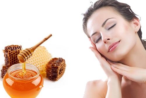 Mật ong có khả năng làm giảm lượng dầu dư thừa trên da và làm se khít các lỗ chân lông. Bên cạnh đó, chúng còn giúp giữ ẩm tránh tình trạng da bị khô nẻ.