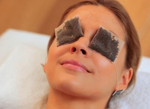 Tận dụng túi trà lọc để trị quầng thâm mắt tại nhà.