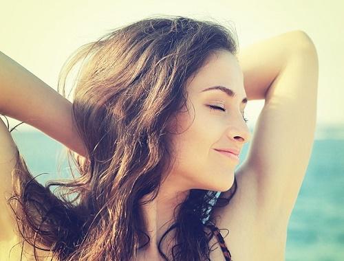 Vùng da dưới cánh tay mịn màng, trắng sáng là mơ ước của các chị em.