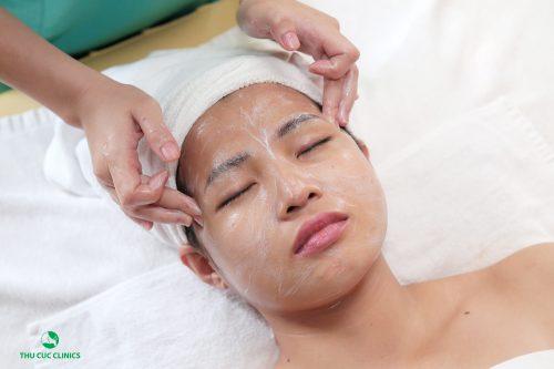 Chăm sóc da tại các trung tâm thẩm mỹ uy tín sẽ giúp bạn bổ sung vitamin C cho cơ thể tốt hơn.