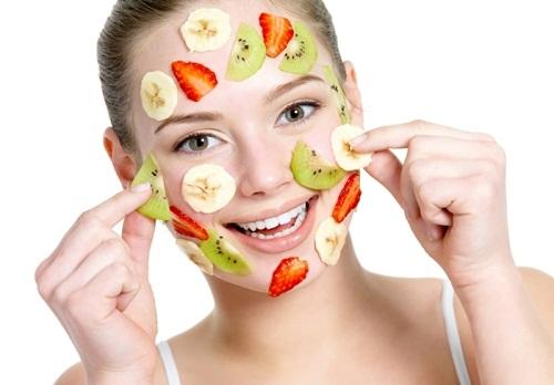 Đắp mặt nạ tự nhiên là cách trị tàn nhang khá an toàn.