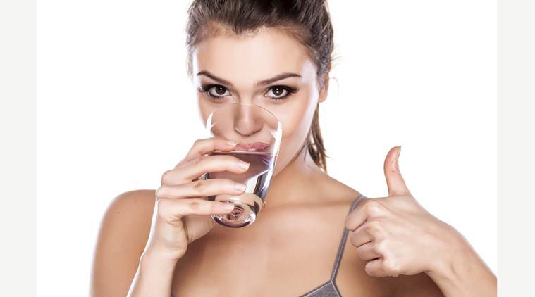 Nên uống đủ nước trong quá trình trị sẹo lõm bằng phương pháp lăn kim