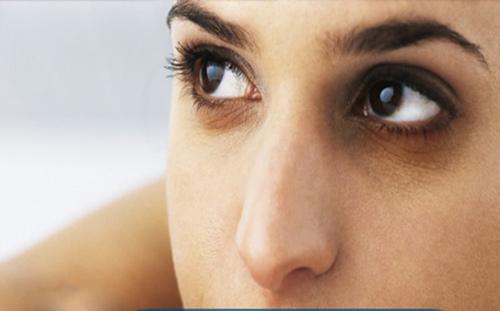 Nếu cả gương mặt đều sạm đen và quầng thâm rõ rệt, rất có thể bạn có vấn đề về gan.