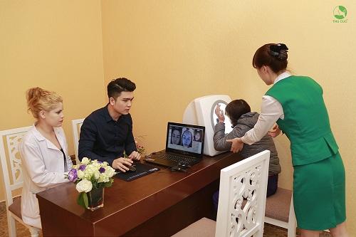 Soi da thăm khám sau khi tiếp nhận nhu cầu thẩm mỹ sẽ giúp chuyên gia xác định chính xác hiện trạng nám trên da của từng khách hàng và xây dựng liệu trình điều trị phù hợp.