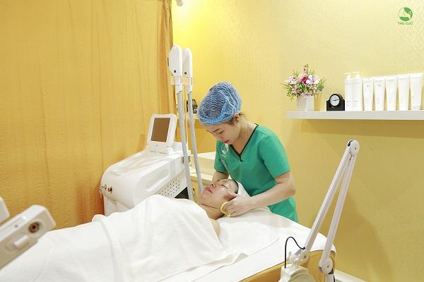 Sau đó, mỗi eva sẽ được đưa vào phòng điều trị, tẩy trang và làm sạch để loại bỏ tạp chất cũng như lớp trang điểm trên da