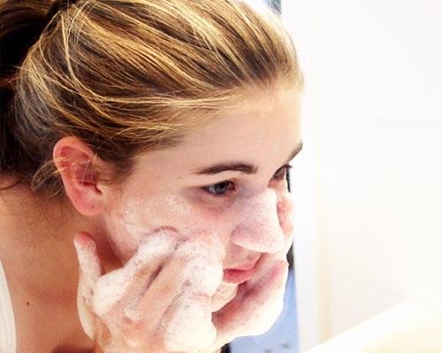 Bước làm sạch vô cùng quan trọng trong chu trình chăm sóc da hàng ngày.