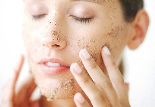 Tẩy da chết là bước chăm sóc da không thể thiếu được để se khít lỗ chân lông hiệu quả.