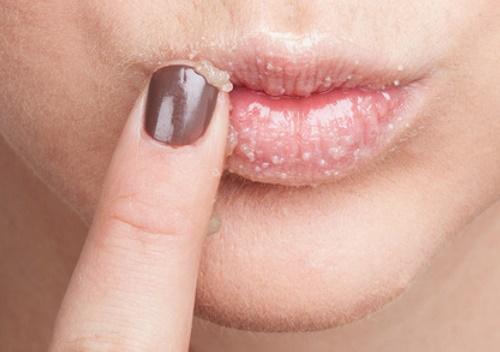 Nếu thường xuyên sử dụng son, bạn nên tẩy da chết nhiều lần hơn (khoảng 2-3 lần mỗi tuần).