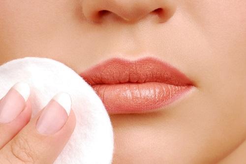 Tẩy trang cho môi.