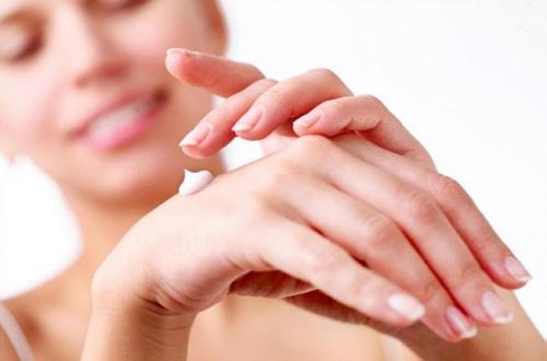 Trước khi sử dụng bất kỳ loại sản phẩm kem trị thâm môi nào, cần thử trước lên da tay.