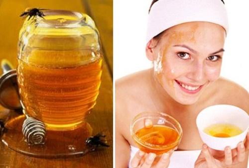 """Mặt nạ mật ong: Làm sạch da và dùng mật ong nguyên chất thoa trực tiếp lên vùng da chứa tàn nhang cần loại bỏ. Dưỡng chất kháng viêm có trong loại """"thần dược"""" tự nhiên này sẽ thẩm thấu và tái tạo tối ưu, cho da dần sáng mịn."""