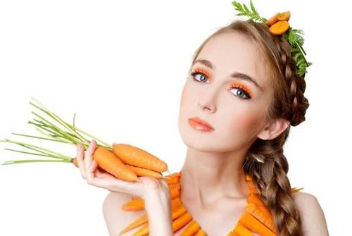 Mặt nạ cà cốt: Ép nước cà rốt thoa lên mặt hoặc nghiền nhuyễn, trộn cùng lượng mật ong tương đương cũng là cách giúp đẩy lùi sắc tố tàn nhang sậm màu trên da.