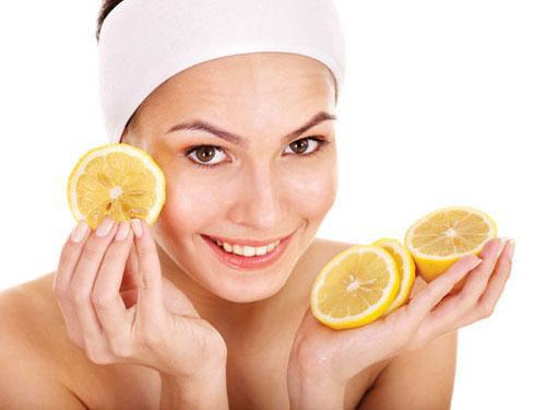 Lượng viatmin C dồi dào có trong chanh tươi khi tiếp xúc với da sẽ loại bỏ tối ưu tế bào chết, phá vỡ liên kết giữa các sắc tố tàn nhang và đào thải chúng ra ngoài. Tuy nhiên, không nên lạm dụng bởi acid trong chanh gây bào mòn da.