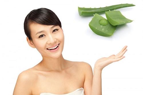 Mặt nạ nha đam: Gel nha đam tươi giàu khoáng chất và vitamin nhóm B, C nên được sử dụng nhiều để làm đẹp ra. Trong đó với các trường hợp bị tàn nhang, bạn có thể thoa trực tiếp chúng lên vùng da sậm màu.