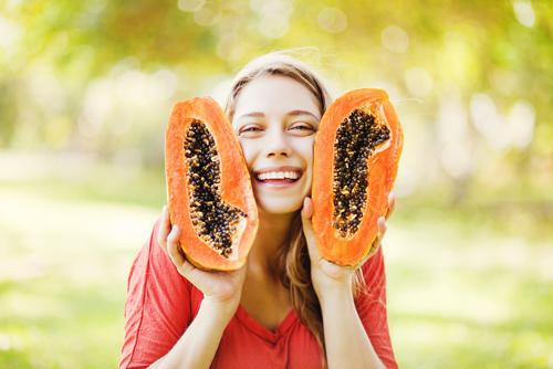 Papain có trong đu đủ khi đắp lên mặt sẽ thấm sâu dưới da để làm sáng và dưỡng da tối ưu. Bên cạnh đó, việc ăn đu đủ mỗi ngày cũng giúp cung cấp khoáng chất cho cơ thể thanh lọc, đào thải độc tố giúp da khỏe - đẹp tự nhiên.