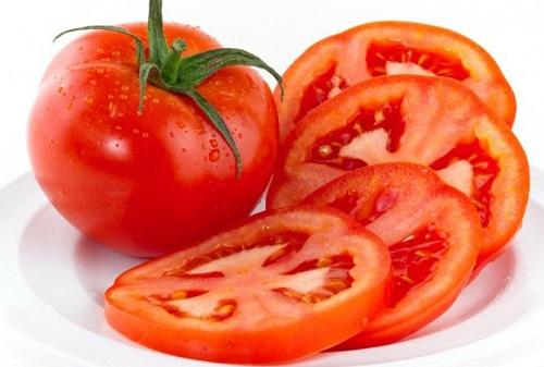 Sử dụng cà chua se khít lỗ chân lông hiệu quả tại nhà