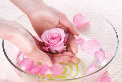 Thoa nước hoa hồng lên da mỗi ngày giúp se khít lỗ chân lông hiệu quả