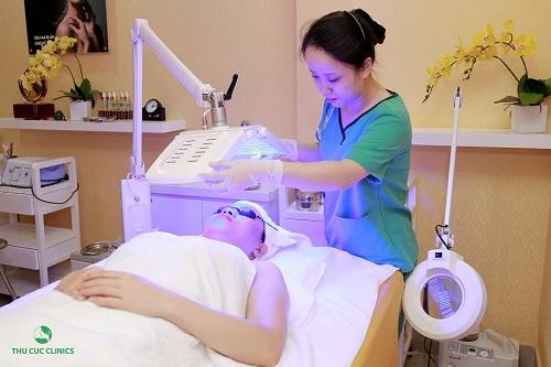 Trị mụn công nghệ BlueLight tại Thu Cúc Clinics.