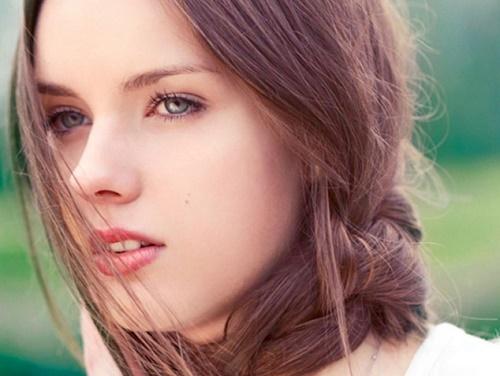 Thường xuyên đắp mặt nạ từ lòng trắng trứng và và vitamin E, những nốt tàn nhang sẽ nhanh chóng được loại bỏ.
