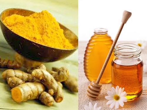 Hỗn hợp tinh bột nghệ và mật ong có tác công dụng trị thâm, giúp da trắng sáng và mịn màng hơn