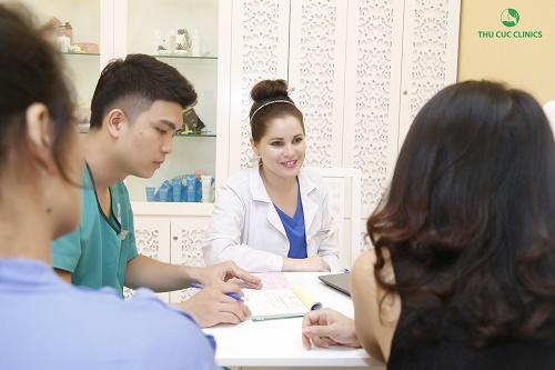 Bác sĩ thẩm mỹ Thu Cúc Clinics tư vấn cách trị thâm bằng IPL cho khách hàng.