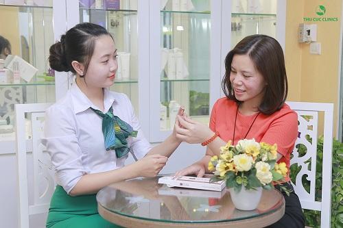 Chuyên viên Thu Cúc Clinics tư vấn về phương pháp điều trị lỗ chân lông to bằng công nghệ .