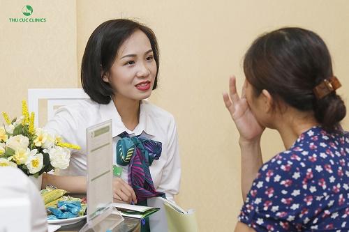 Chuyên viên Thu Cúc Clinics đang tư vấn phương pháp trẻ hóa da vùng mắt cho khách hàng.