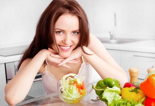 Bổ xung các dưỡng chất cần thiết trong bữa ăn giúp bạn tránh được tình trạng môi thâm sạm