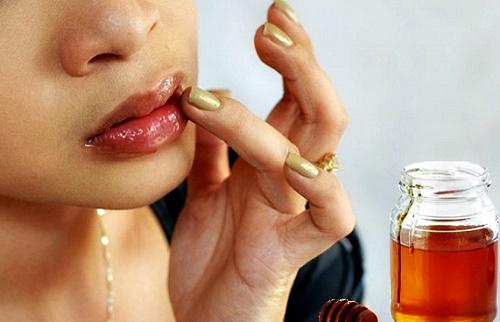 Sử dụng mật ong là cách trị thâm môi được nhiều chị em biết đến và thực hiện