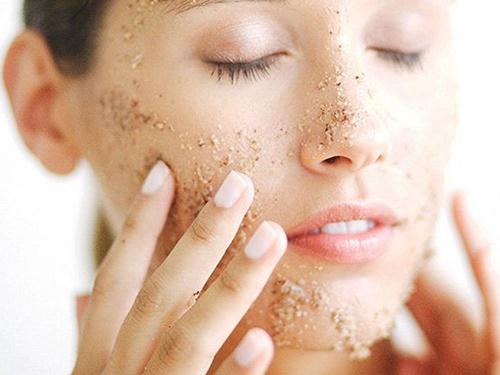 Tẩy da chết 1-2 lần mỗi tuần sẽ giúp da trắng sáng, mịn màng.