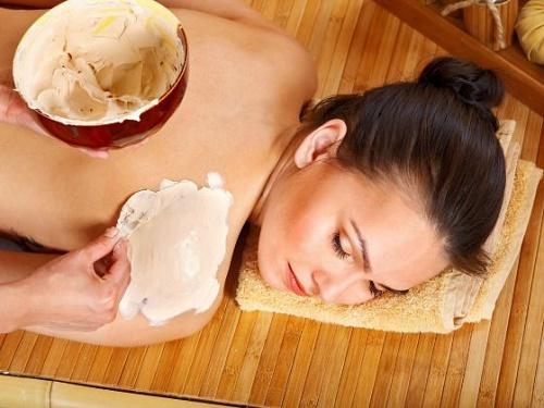 Trộn đều bột cám gạo với sữa chua không đường, bạn có ngay công thức làm trắng da toàn thân cực hiệu quả.