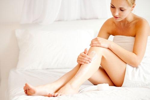 Sau khi làm trắng da toàn thân tại nhà bạn nên thoa kem dưỡng ẩm, chống nắng giúp đem lại hiệu quả tối ưu hơn