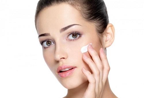 Sử dụng kem dưỡng thường xuyên giúp làn da mềm mại tự nhiên
