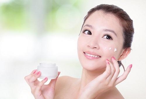 Thoa kem dưỡng, kem chống nắng giúp là da được che chắn bảo vệ trước những tác hại môi trường, ánh nắng