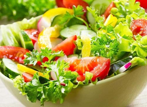 Thêm cà chua vào đĩa salad để làm đẹp dáng, sáng da hiệu quả.