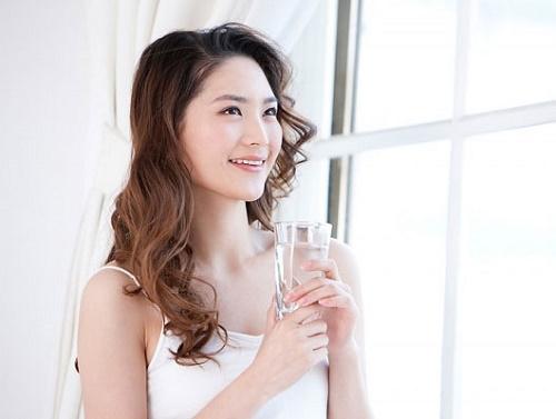 Uống nhiều nước mỗi ngày (nhất là buổi sáng) giúp cơ thể tràn đầy năng lượng