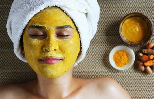 Những đốm thâm sạm trên da sẽ mờ đi nhanh chóng, đồng thời gương mặt trắng sáng hiệu quả nhờ đắp mặt nạ từ bột nghệ.