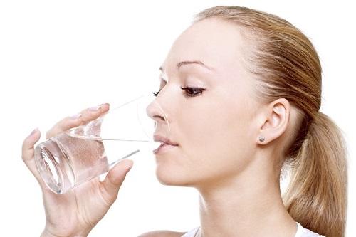 Uống đủ nước mỗi ngày giúp làn da giữ được độ ẩm, tăng khả năng đàn hồi