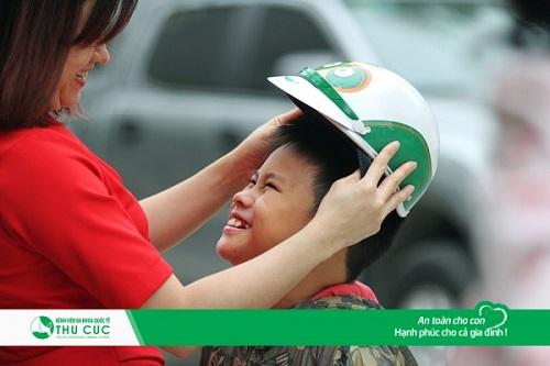 Đội mũ bảo hiểm cho con trên mọi chặng đường là việc làm mà các bậc cha mẹ nên lưu ý.