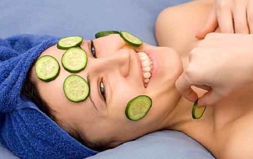 Thái dưa leo thành những lát mỏng để đắp lên mặt sẽ giúp làn da được dưỡng trắng và trẻ hóa hiệu quả.