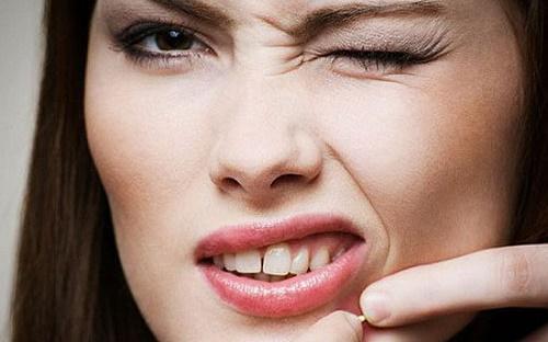 Tự ý nặn mụn có thể dẫn tới tình trạng da thâm, sẹo, mụn lan rộng và trầm trọng hơn.