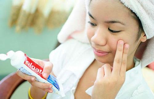 Không nên để kem đánh răng quá lâu trên da, dễ gây bào mòn